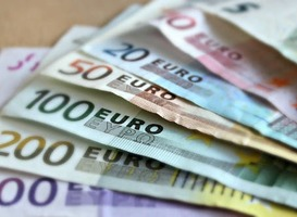 Normal_bank-note-euro-bills-paper-money-63635